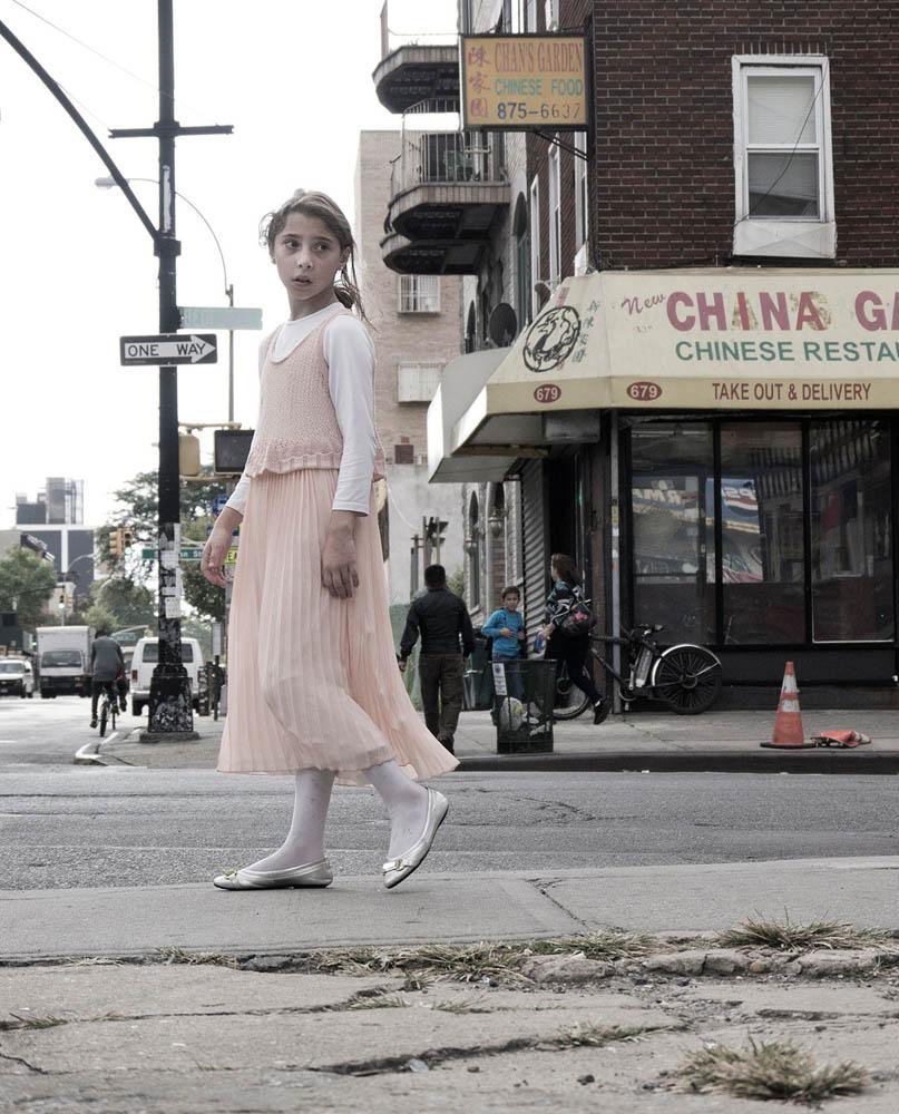 ausziehendes chinesisches Mädchen